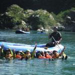 ロイヤル3号艇、ボートから落ちた時、つかまったまま流される練習してます。・・・遊んでません。