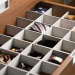 Fächer in der Schublade für Krawatten oder Gürtel