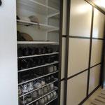 schranksystem mit elfa regalsystem und schiebet ren. Black Bedroom Furniture Sets. Home Design Ideas