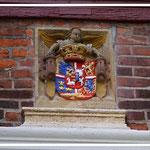 Am Torbogen das Wappen Herzogin Dorotheas