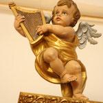 Detalle del angel que decora la parte derecha del capitel tañendo una lira.