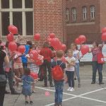 Kinder lassen VAMV  Luftballons  in den Himmel steigen