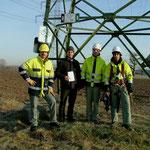 NABU-Vorsitzender Martin Buck mit dem Montage-Team von der enBW
