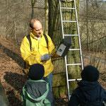 Martin Buck zeigt einen Fledermauskasten, der neu aufgehängt wurde.