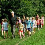 Strahlender Sonnenschein begleitete die von der NABU-Gruppe Sachsenheim betreute Kindergruppe durch Wald und Wiesen am Kirbach entlang.
