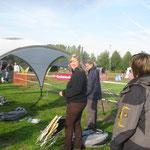 beim Zeltaufbau am Spielfeld