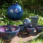 saladier, tasses, grand vase et porte couverts-émail bleu et rouge de cuivre