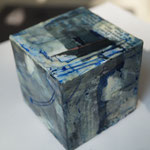 kleiner Würfel  7,5x7,5x7,5,  Papiercollage mit Tusche und Wachs