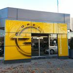 Opel - Autohaus  mit Automatiktür