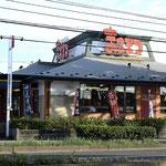 とんかつ「まるまつ」。近くにココスやフーズ店多数あります。