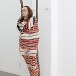 Manuel Frolik · Toter Indianer, 2017 Silikonkautschuk, Echthaar, Textilien, Seil, Holz, ca. 216 x 48 x 70 cm
