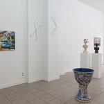 im Vordergrund: Hinrich Kröger · Vineta, Keramik, engobiert und bemalt gebrannt