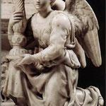 Ángel sosteniendo un Candelabro.