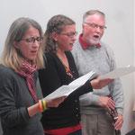 Auch die drei SchweizerInnen singen