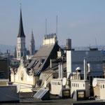 Blick vom Sky auf den Rathausturm (im Hintergrund mitte)