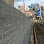 Stützwand KBE Beton: Betonsteine Allan Block in der Frontansicht mit bruchrauher Oberfläche