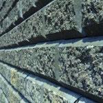 KBE mit Blocksteinen aus der Nähe betrachtet: bruchrauhe Oberfläche