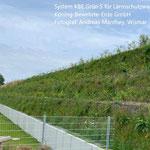 Lärmschutzwall in Wismar, Schulseite, System KBE Grün S