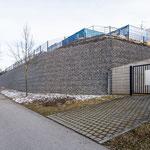 Storz & Bickel in Tuttlingen, Geländesprung Parkplatz, System KBE Halbgabione nach Fertigstellung