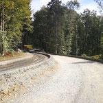 Straße mit Radius mit verdichtetet halben Bodenlage für begrünbares Steilböschungssystem KBE Grün S