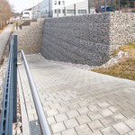 Storz & Bickel in Tuttlingen, Geländesprung Parkplatz, System KBE Halbgabione, Rampe, nach Fertigstellung