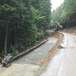 verlegtes Geogitter mit Stahlwinkeln und Erosionsschutzmatte, System KBE Grün S - begrünbares Steilböschungssystem