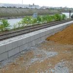 Stützwand KBE Beton: Betonsteine Allan Block und Bodeneinbau