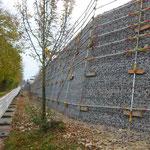 Storz & Bickel in Tuttlingen, Geländesprung Parkplatz, System KBE Halbgabione mit Böschungslehre und Absturzsicherung in der Bauzeit