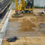 Stützwand KBE Beton: verlegte Geogitterbahnen und Bodeneinbau