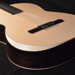 Guitare classique ouïe déportée sur l'éclisse