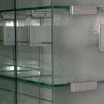 Wandregal, Glasregal, Umkleideschränke, Glasschrank, Glastrennwände, WC - Trennwand, Trennwände, WC - Kabinen, Dusch - Trennwände, Duschtrennwände, Schamtrennwände, Urinaltrennwände, Wertschließfächer, Glassysteme, Glas, Glastüren, GSK Worm GmbH