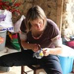 Manue à l'atelier fleurs (en bouteilles plastique)