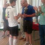 Platz 2 belegte Borussia Momberg. Den Pokal übergab Thomas Fritsch von der Metzgerei Rhiel
