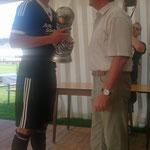 Den Pokal des Siegers nahm Kapitän Lukas Greb vom Sponsor Heinrich Rhiel, Fa. Fensterbau Rhiel  entgegen.