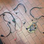 Noch intakte Kabelsätze, diese werden ebenfalls gereinigt und eingelagert.