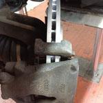Bei dieser Bremse: Rippschrauben 125 NM, Befestigungsschrauben für die Sättel 30 NM