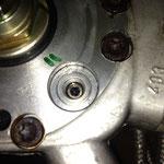 Hier ist die Einstellschraube, welche man mit einem herkömmlichen 3 mm Inbus verdrehen kann.