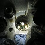 Alte Ventielschaftabdichtung... gut zu sehen auch, dass die Öffnungen im Zylinderkopf so gut es ging mit Papier verschlossen wurden, um ein hineinfallen von Gegenständen zu verhindern.