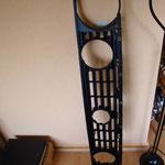 Ein frisch überholter Kühlergrill, neu in seidenmatt Schwarz lackiert und mit neuen Aufnahmepunkten für die Zusatzscheinwerfer versehen...