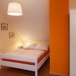 Schlafraum mit Doppelbett und franz. Bett DG