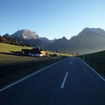 Auf dem Weg ins Gebirge, hinten Watzmann und Hochkalter