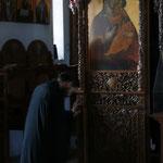 Andächtiges Gebet in einem Kloster