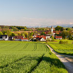Ein Abend am Mai mit Blick auf Biberbach im Dachauer Land und die Alpen
