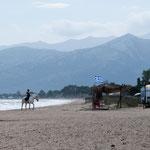 Reiter an einem windigen Apriltag am Strand Schinias bei Marathon