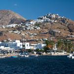 Blick vom Hafen Serifos hinauf zur Chora