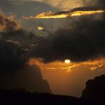 Dramatischer Sonnenuntergang in der Sellagruppe, Dolomiten