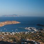 Abendlicher Blick von Chora hinab zum Hafen von Serifos