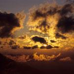 Sonnenuntergang an einem wolkigen Abend
