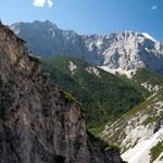 Kleiner Bergsteiger in wilder Bergwelt: auf dem Weg ins Große Ödkar, Karwendel