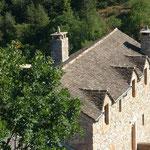 Le toit de lauzes de schistes du gîte Lou Clapas: une merveille de savoir-faire caussenard